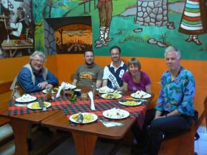 Groep reizigers aan tafel